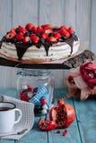 Schokoladenkuchen mit Beeren und Minze auf dem Stand lizenzfreie stockfotografie