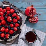 Schokoladenkuchen mit Beeren und Minze auf dem Stand lizenzfreie stockfotos