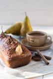 Schokoladenkuchen mit Birnen Stockfoto