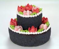 Schokoladenkuchen mit Blumen lizenzfreie stockfotos