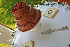 Schokoladenkuchen mit den Kirschen, die auf einer Tabelle sitzen Lizenzfreies Stockfoto