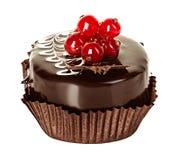 Schokoladenkuchen mit der roten Johannisbeere lokalisiert auf Weiß Lizenzfreies Stockfoto