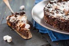 Schokoladenkuchen mit Eibisch und Nüssen Lizenzfreie Stockfotografie