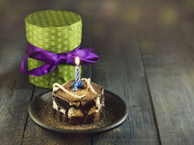 Schokoladenkuchen mit einer Kerze und Geschenken Alles Gute zum Geburtstag, Karte Vektor-roter Weihnachtstext auf grünem Hintergr Stockfoto