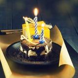 Schokoladenkuchen mit einer Kerze und Geschenken Alles Gute zum Geburtstag, Karte Vektor-roter Weihnachtstext auf grünem Hintergr Lizenzfreies Stockfoto