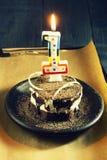 Schokoladenkuchen mit einer Kerze und Geschenken Alles Gute zum Geburtstag, Karte Vektor-roter Weihnachtstext auf grünem Hintergr Lizenzfreie Stockbilder