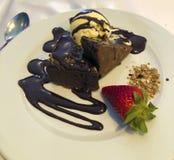 Schokoladenkuchen mit Eiscreme stockbild