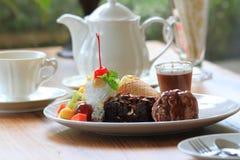 Schokoladenkuchen mit Eiscreme und Frucht slad Lizenzfreie Stockfotos