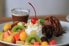 Schokoladenkuchen mit Eiscreme und Frucht slad Lizenzfreie Stockbilder