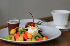 Schokoladenkuchen mit Eiscreme und Frucht slad Stockbilder