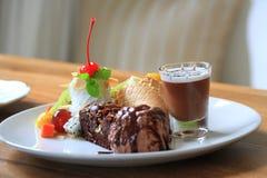 Schokoladenkuchen mit Eiscreme und Frucht slad Stockbild