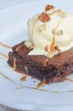 Schokoladenkuchen mit Eiscreme und Karamell Stockbild