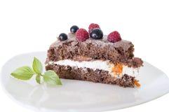 Schokoladenkuchen mit frischen Beeren und Minze Stockbilder