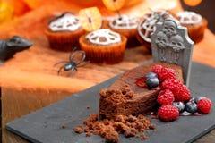 Schokoladenkuchen mit Frucht in geformtem Sarg an Halloween-Tag Lizenzfreie Stockbilder