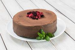 Schokoladenkuchen mit Ganache und Beerenobst Stockfoto
