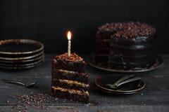 Schokoladenkuchen mit Geburtstagskerze Stockfotografie