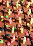Schokoladenkuchen mit Geleemännern Lizenzfreie Stockfotografie