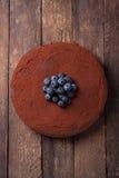 Schokoladenkuchen mit Kakaopulver und Blaubeeren Stockfoto
