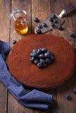 Schokoladenkuchen mit Kakaopulver und Blaubeeren Lizenzfreies Stockfoto