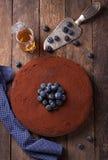 Schokoladenkuchen mit Kakaopulver und Blaubeeren Stockbilder
