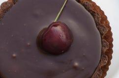 Schokoladenkuchen mit Kirsche Stockfotografie