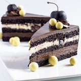 Schokoladenkuchen mit Kirschen und Bällen der weißen Schokolade Lizenzfreie Stockfotografie