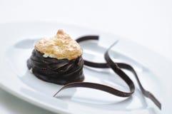 Schokoladenkuchen mit Kokosnuss und Schokolade wirbelt auf weiße Platte, Süßspeise mit Schokolade, Konditorei, Fotografie für Sho Stockbild