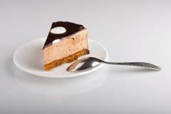 Schokoladenkuchen mit Löffel Stockbild