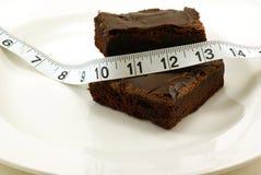 Schokoladenkuchen mit messendem Band Lizenzfreie Stockfotos