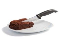 Schokoladenkuchen mit Messer Lizenzfreies Stockfoto