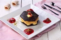 Schokoladenkuchen mit Sahne Stockbilder