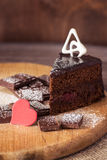 Schokoladenkuchen mit Schokolade und rotem Herzen Stockbild