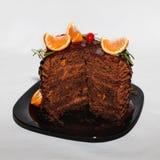 Schokoladenkuchen mit Schokoladencreme und -orangen Stockfoto
