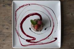 Schokoladenkuchen mit Soße Stockbild