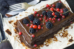 Schokoladenkuchen mit Sommerbeeren Stockfotos