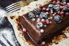 Schokoladenkuchen mit Sommerbeeren Stockbilder