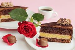 Schokoladenkuchen mit stieg Lizenzfreie Stockbilder