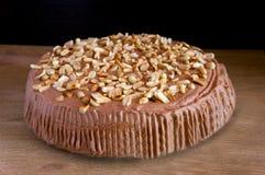 Schokoladenkuchen mit Toffee und Erdnüssen Stockbild