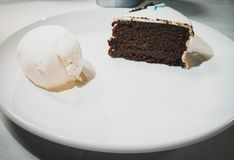Schokoladenkuchen mit Vanilleeis lizenzfreies stockbild