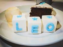 Schokoladenkuchen mit Vanilleeis mit Zuckerbuchstaben lizenzfreie stockfotos