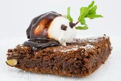 Schokoladenkuchen mit Vanilleeissahne Stockfotografie