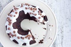 Schokoladenkuchen mit Vanillesoße Stockfoto