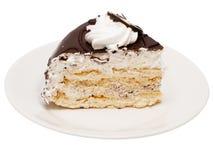 Schokoladenkuchen mit weißer Sahne Stockfoto