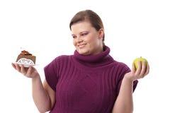 Schokoladenkuchen oder grüner Apfel Stockbilder