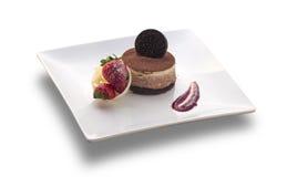 Schokoladenkuchen rund mit Plätzchen auf der Spitze und der Erdbeere lizenzfreies stockbild