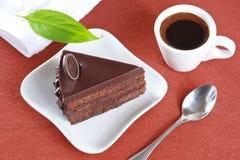 Schokoladenkuchen und ein Tasse Kaffee Stockfotos