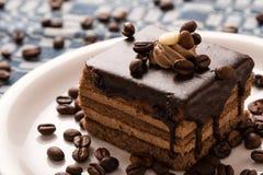 Schokoladenkuchen und Kaffeebohnen Stockfotos