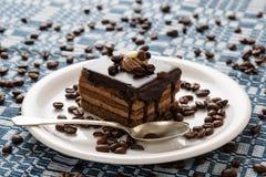 Schokoladenkuchen und Kaffeebohnen Lizenzfreie Stockfotos