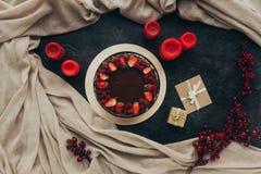 Schokoladenkuchen und -kerzen Lizenzfreie Stockbilder