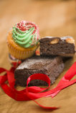 Schokoladenkuchen und kleiner Kuchen am Weihnachten lizenzfreie stockbilder